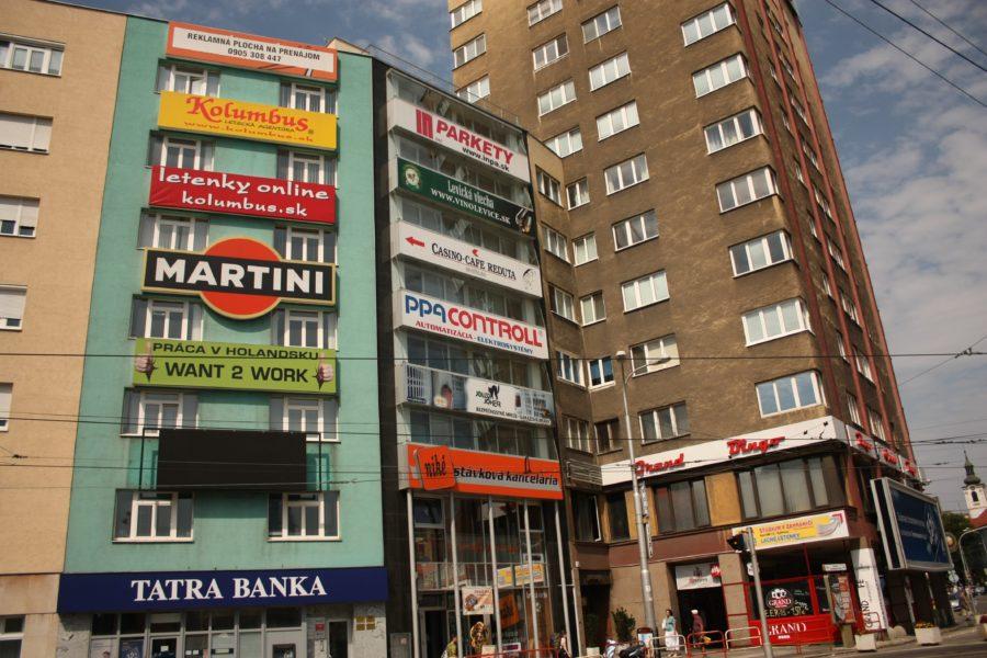 Blocuri comuniste cu reclame în Bratislava