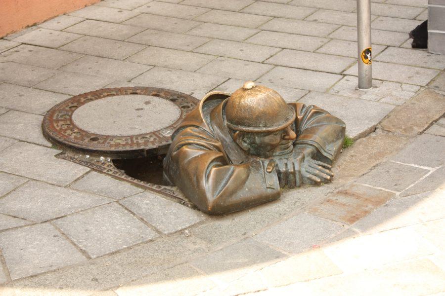Statuia lui Cumil, omul din canal, Bratislava, Slovacia