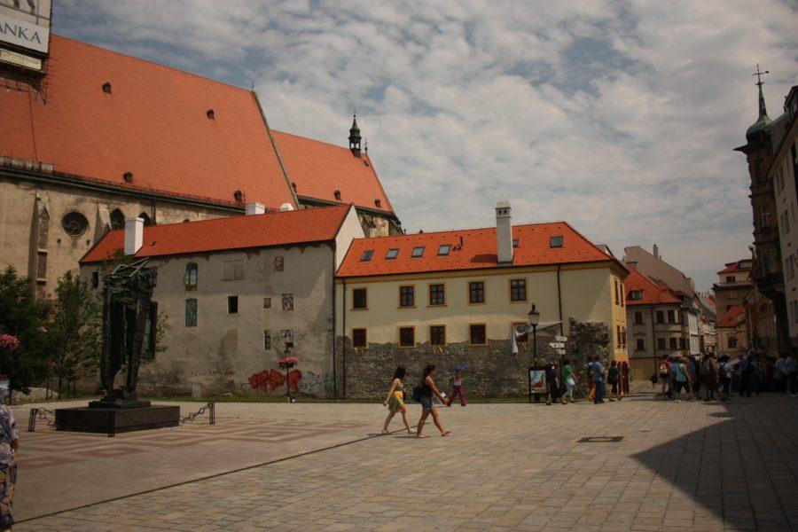 Piață cu clădiri cu acoperiș de țiglă în Bratislava