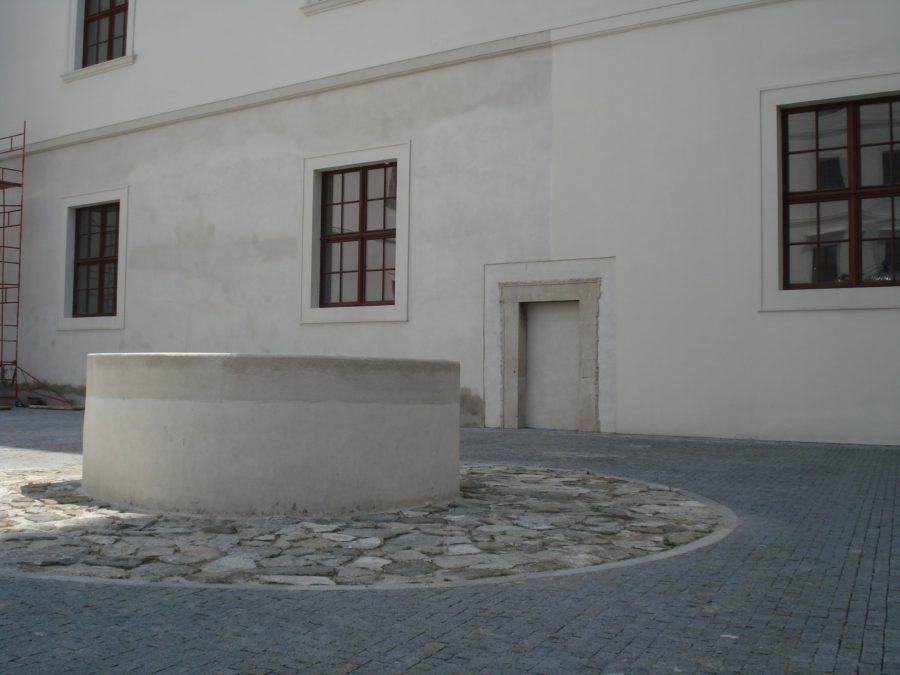 Fântână în curtea Castelului din Bratislava
