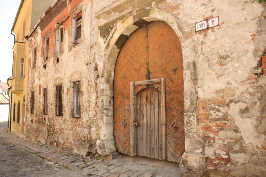 Clădire nerenovată cu poartă, Bratislava