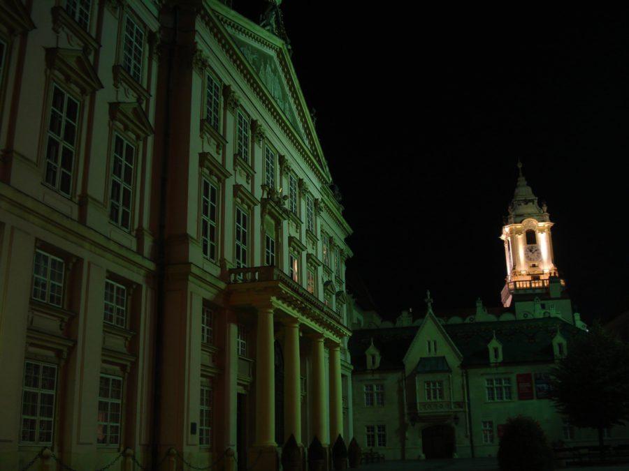 Clădiri luminate în centrul vechi din Bratislava