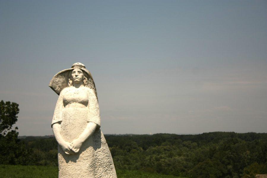 Statuie femeie la Castelul Devin, lângă Bratislava