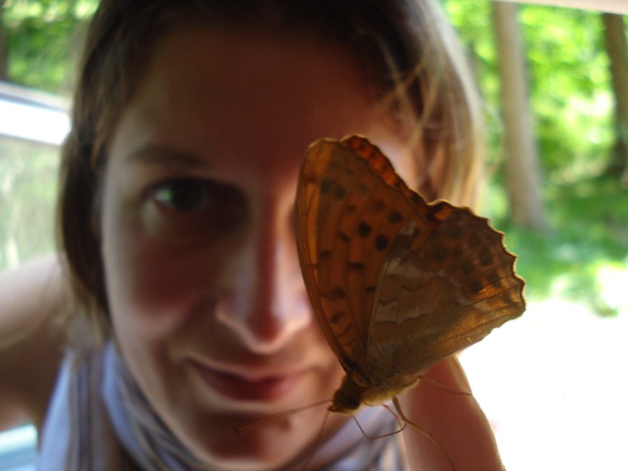 Fată cu fluture pe deget