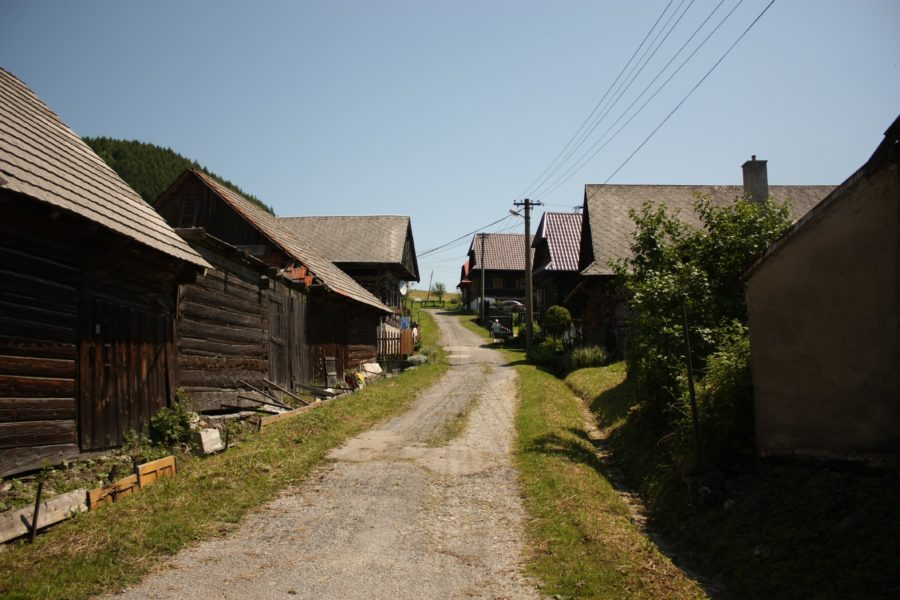Uliță în Cicmany, Slovacia