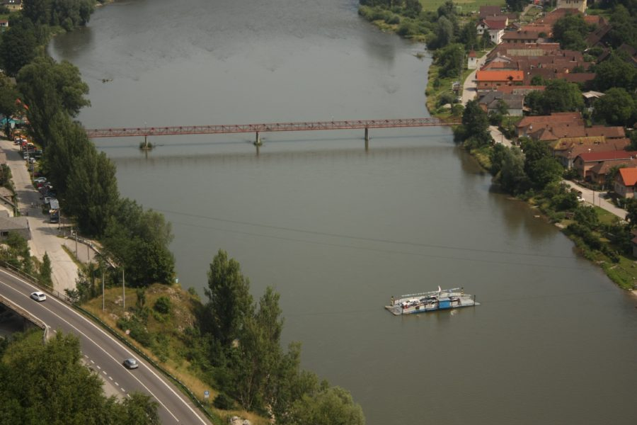 Kompa (bacul) pese râul Vah, Strecno, Slovacia