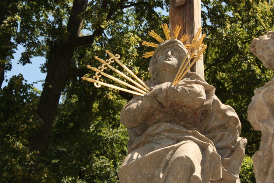 Statuie bărbat cu cuțite înfipte în inimă