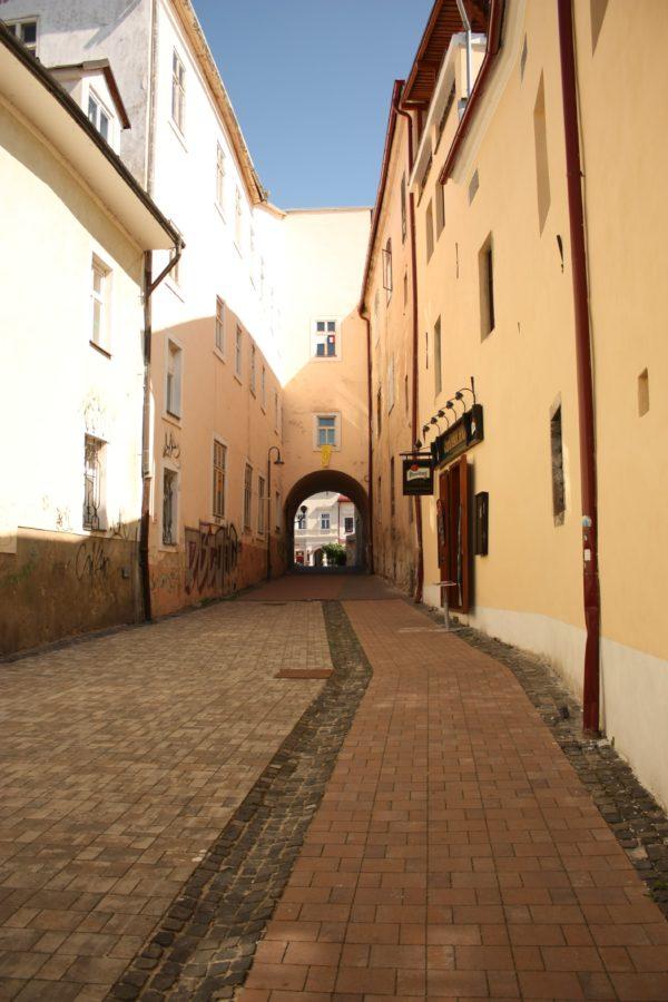 Cladiri și strazi în orașul Banska Bystrica, Slovacia