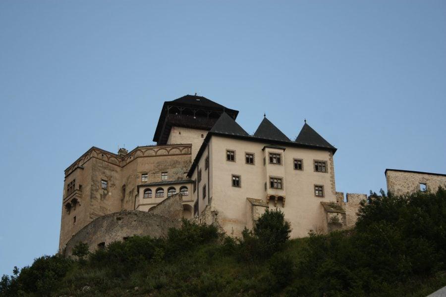 Castelul din Trencin pe vârful dealului, Slovacia