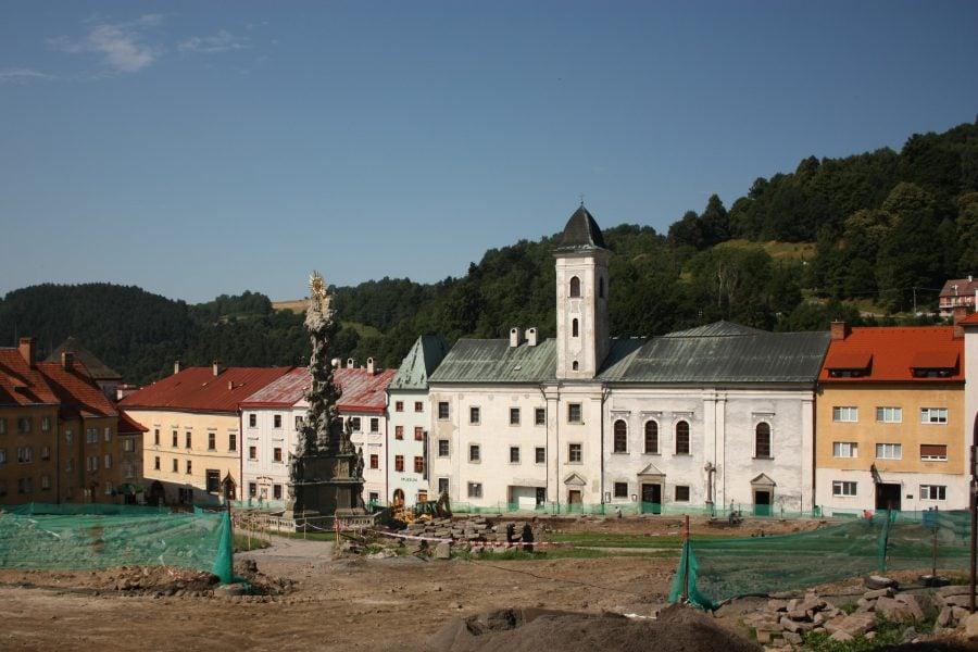 Centru în lucru și statuie urâtă din centrul orașului Kremnica, Slovacia
