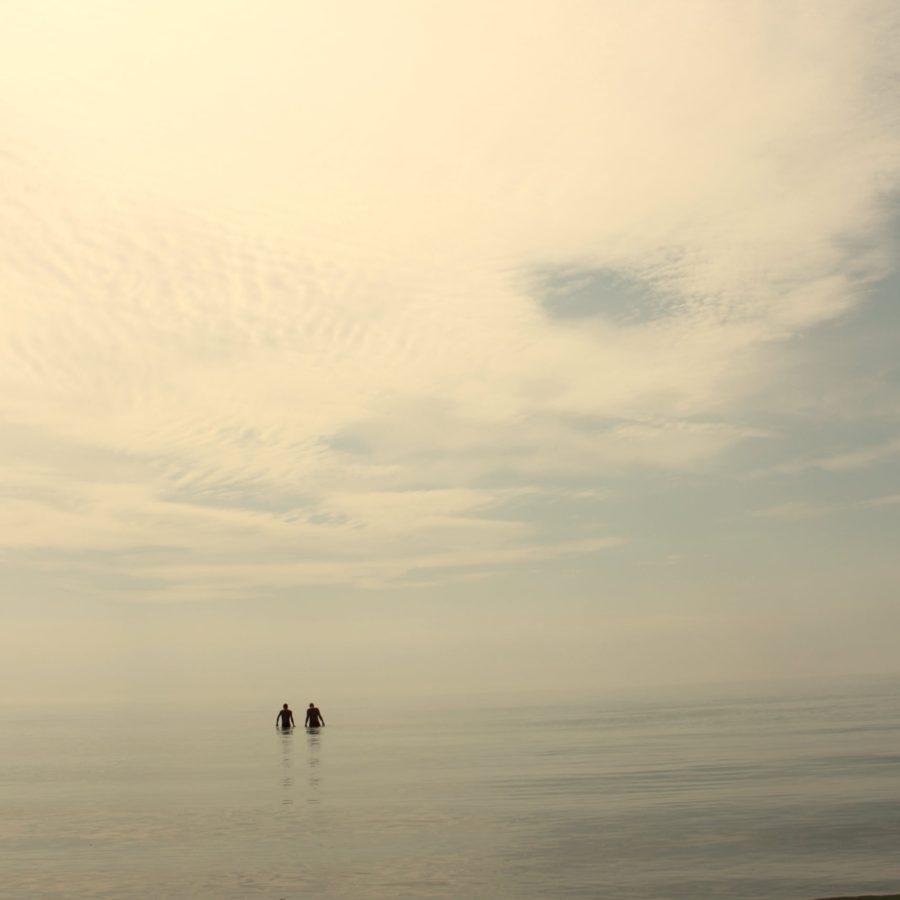 Două siluete în mare, sat Vadu, Marea Neagră
