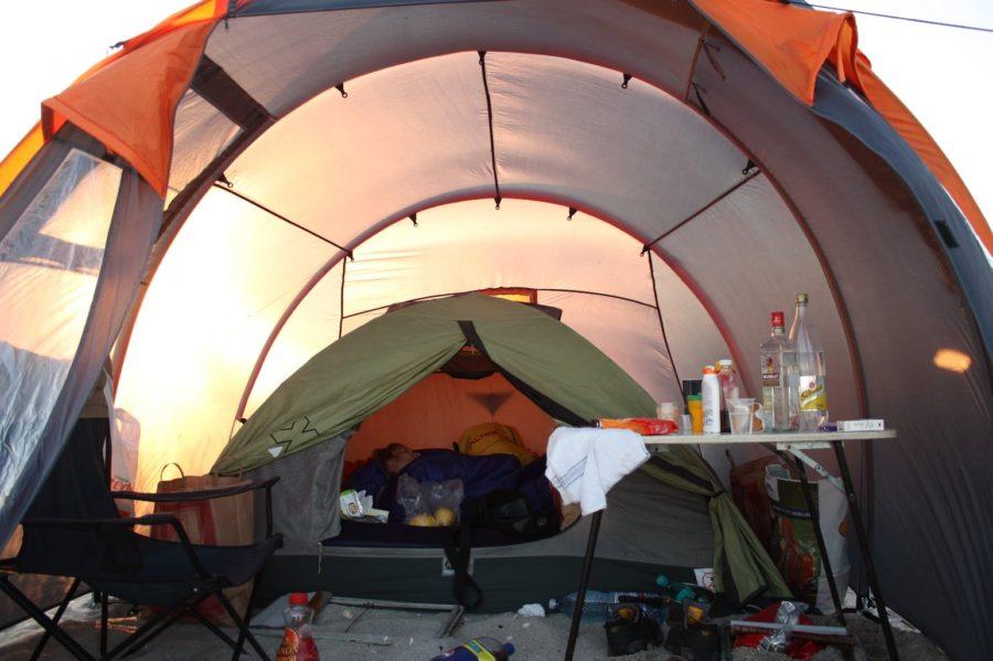Cum se merge cu cortul pe plaja din Vadu