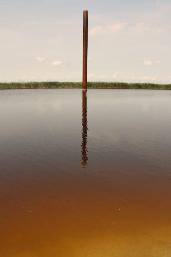 Stâlp metalic ruginit în apă, Plaja Vadu