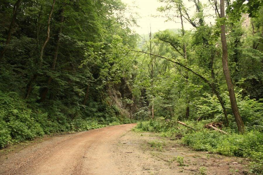 Drum pietruit de 18 km de la drumul național