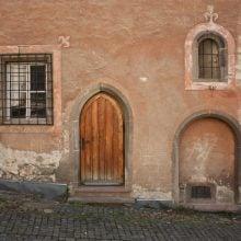 Fațadă de casă pe o stradă din Kremnica, Slocacia