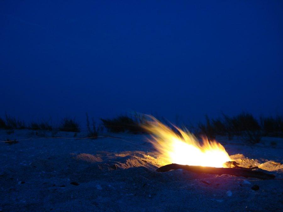 Foc de grătar pe plaja din Vadu pe înserat