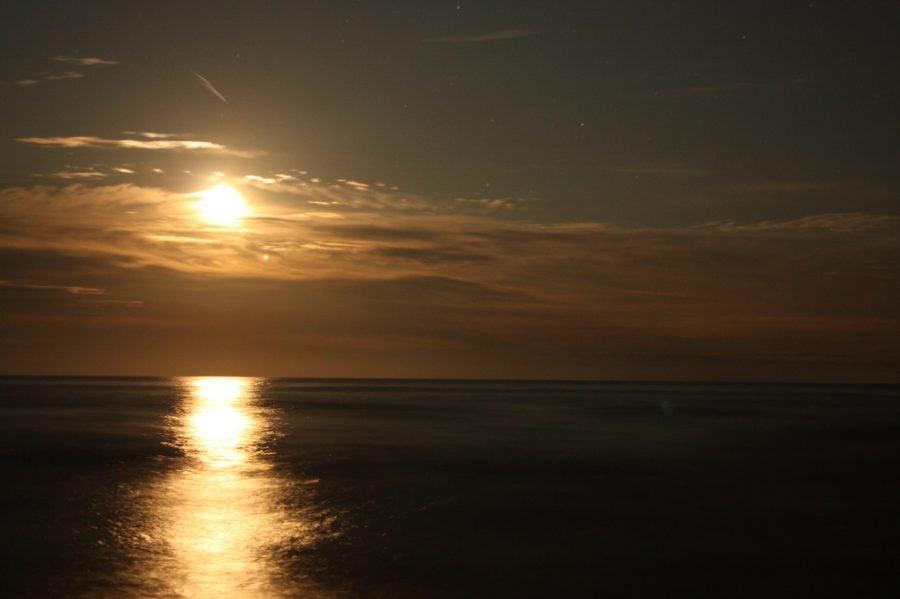 Luna răsare din mare la Vadu, România