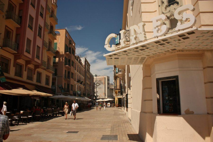 Stradă însorită în centrul orașului Malaga, Spania