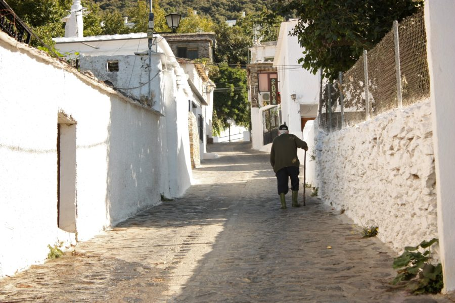 Stradă în sat alb spaniol, Alpujarras, Andaluzia