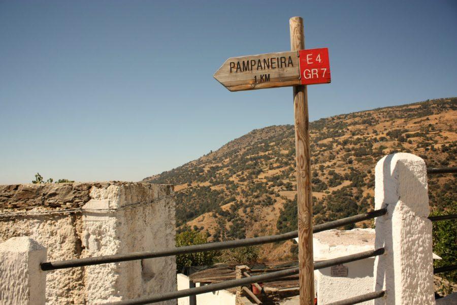 Indicator turistic în Alpujarras, GR7, spre Pampaneira, Spania