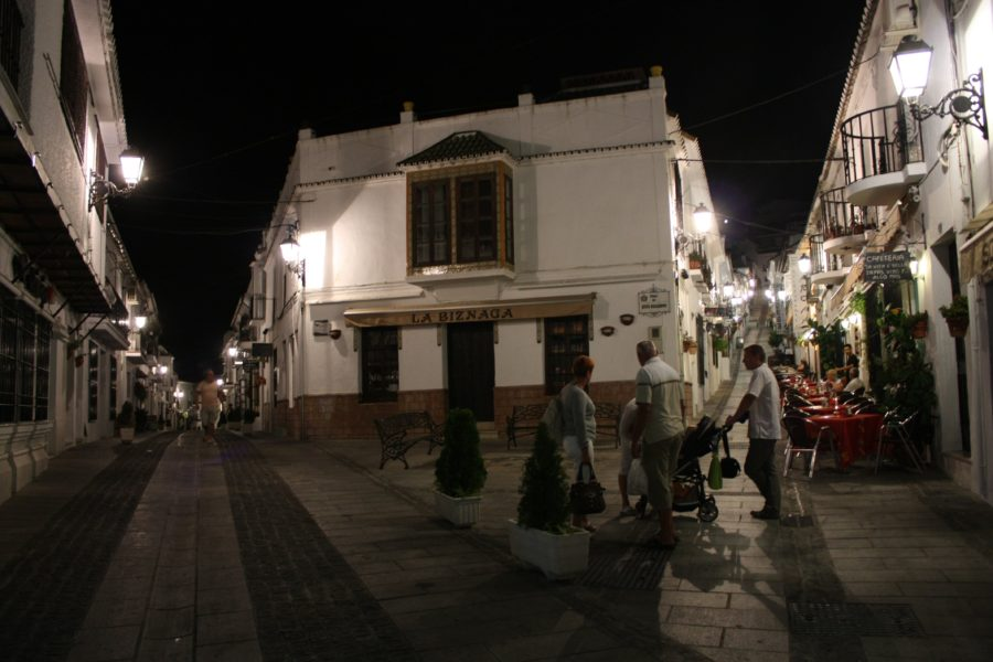 Noaptea pe stradă în Mijas, Spania