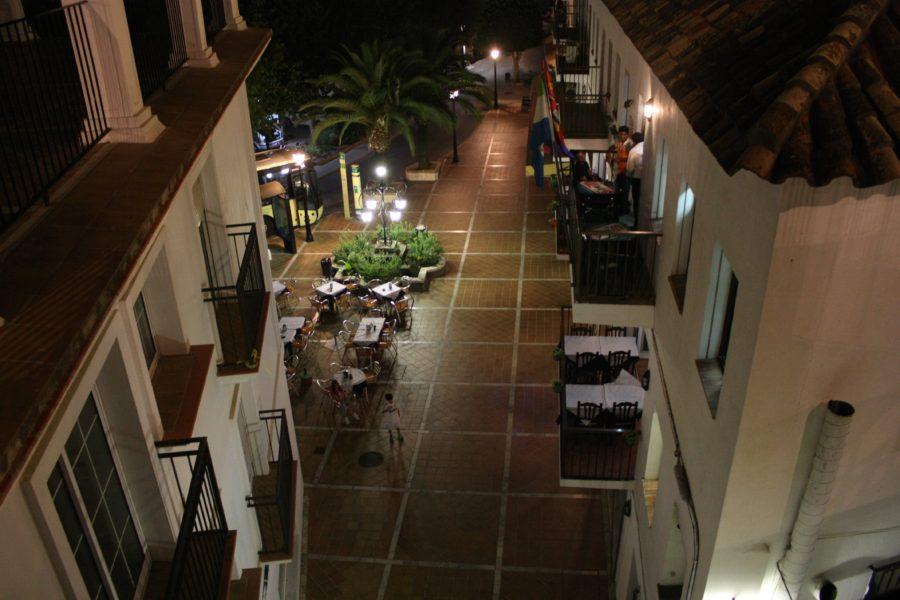 Stradă în satul Mijas noaptea, Andaluzia, Spania