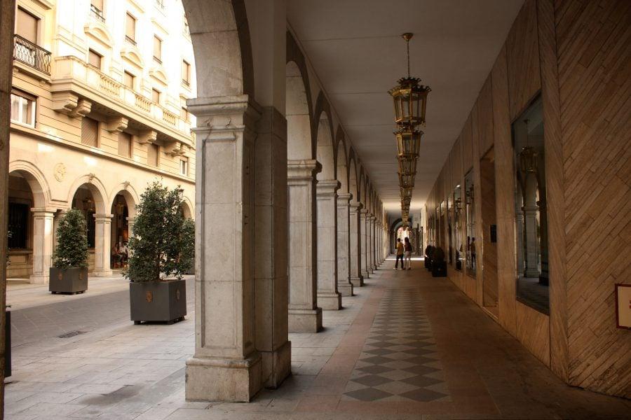Coloane si arcade in centrul Granadei, Spania