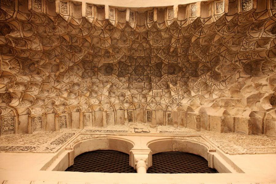 Decoratiuni pe o arcada maura in Albaicin, Granada, Andalusia, Spain