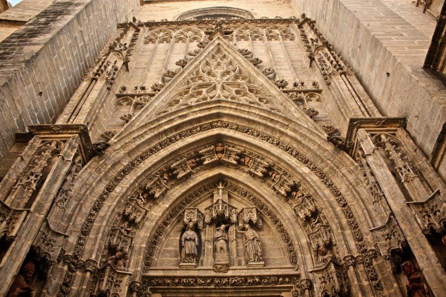 Detalii sculpturi pe zidurile catedralei de Santa María de la Sede din Sevilia
