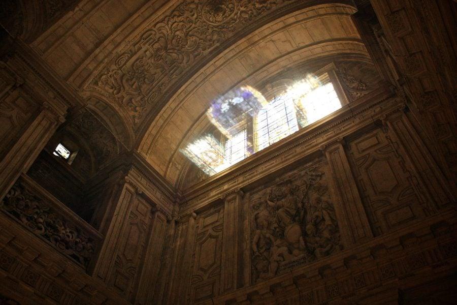 Interiorul Biserici del Sagrario, joc de lumini prin vitralii, Sevilia