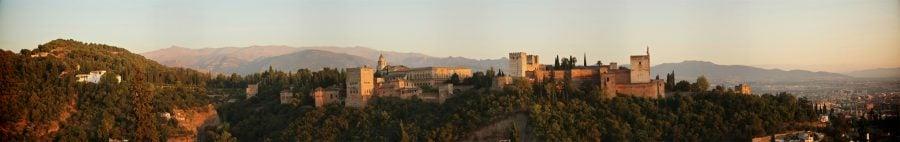 Alhambra Al-Hamra vazuta din Mirador de San Nicolas, Albaicin, Granada