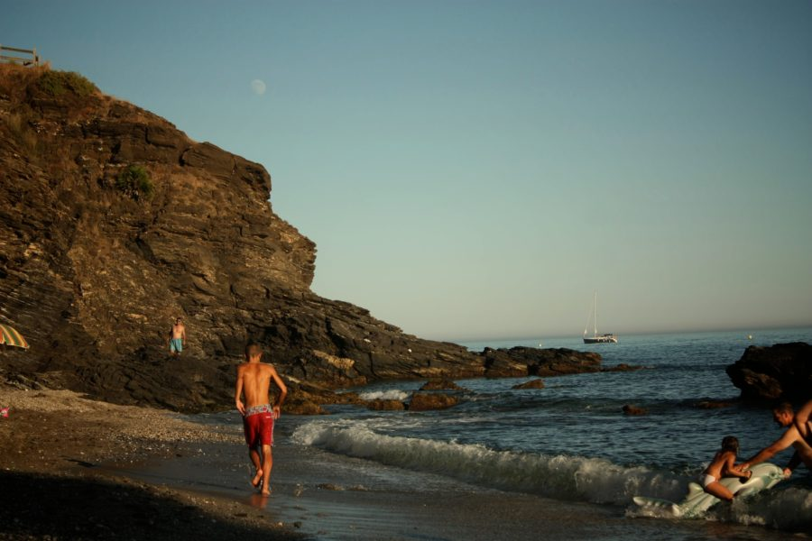 Plaja cu pietre din Benalmadena la apus, Spania