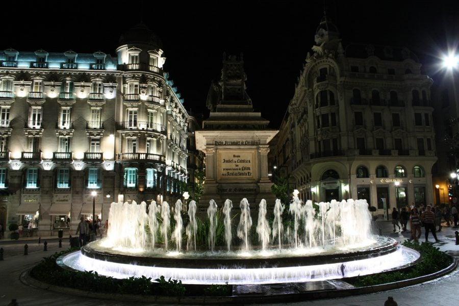 Plaza Reginei Isabel si fantana, noaptea, Granada, Andalusia, Spania