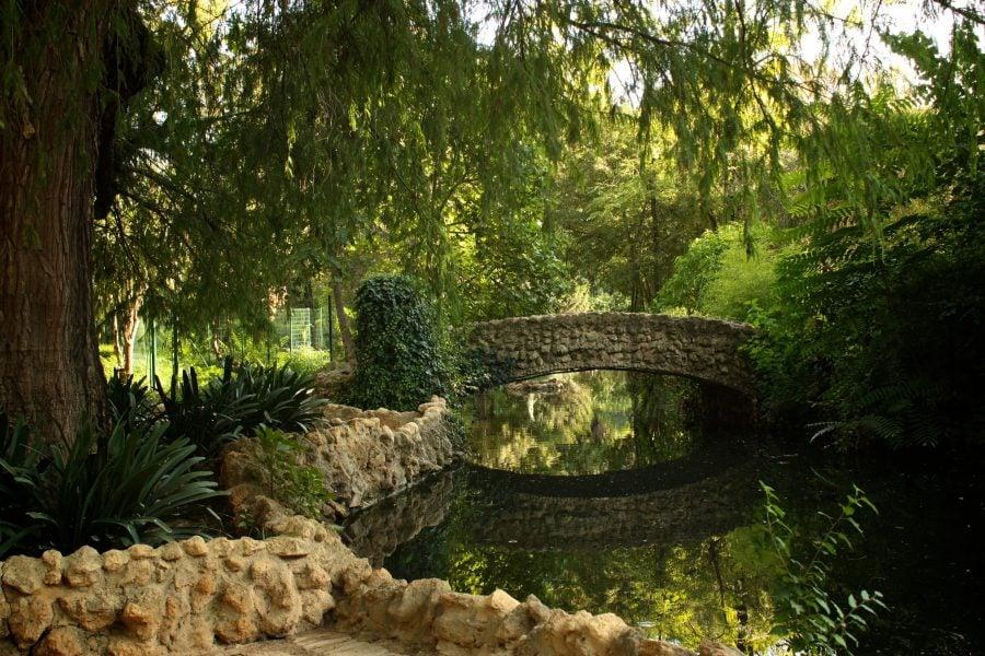 Podeț peste râu în parcul Maria Luiza de lângă Piața Spaniei din Sevilia