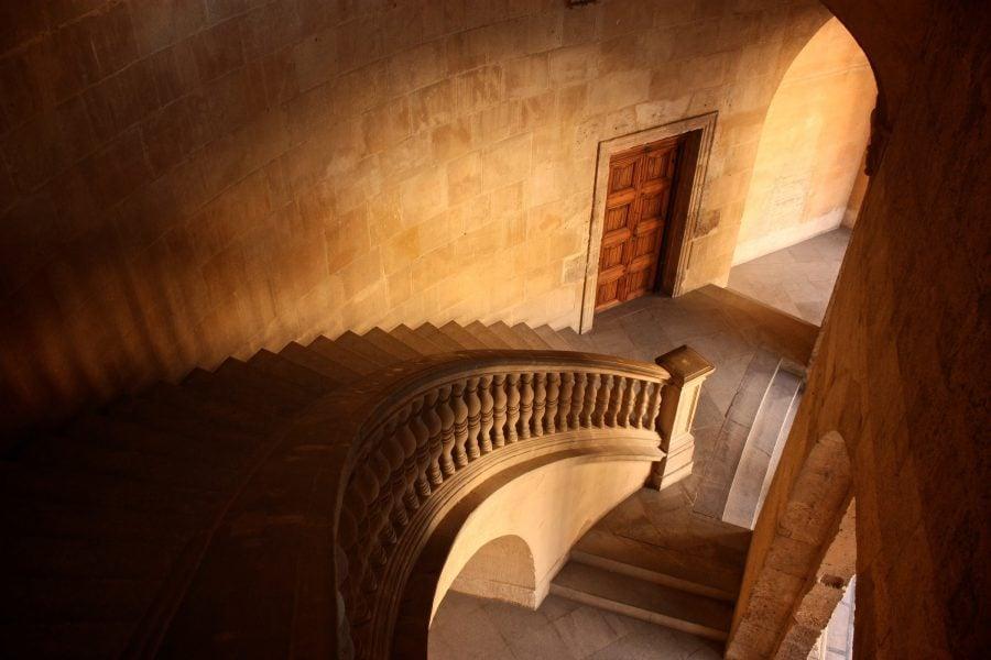 Scară în interiorul palatului lui Carlos (sau Karl) al 5-lea, Alhambra, Granada, Spania