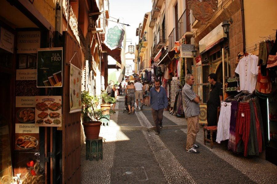 Strada comerciala in centrul Granadei, Albaicin, Andalusia, sudul Spaniei