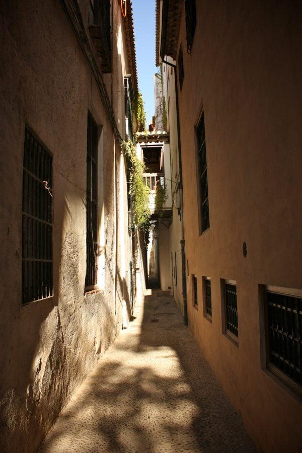 Strada ingusta in Albaicin, Granada, Spania