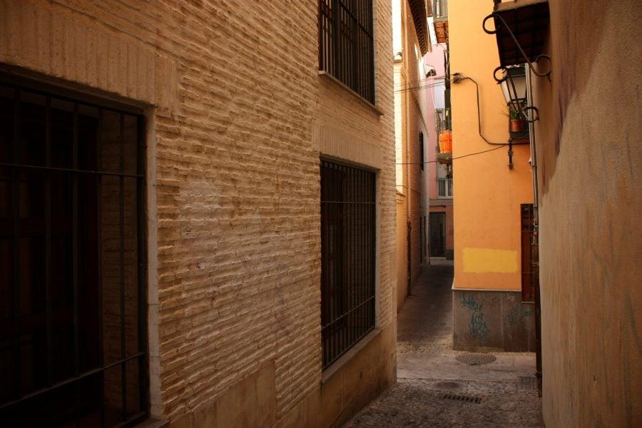 Stada ingusta, tipica in Albaicin, Granada, Andalusia