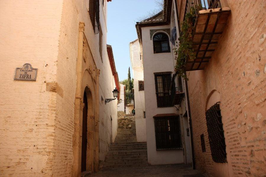 Strada-scara in Granada, in cartierul Albaicin, Andalusia