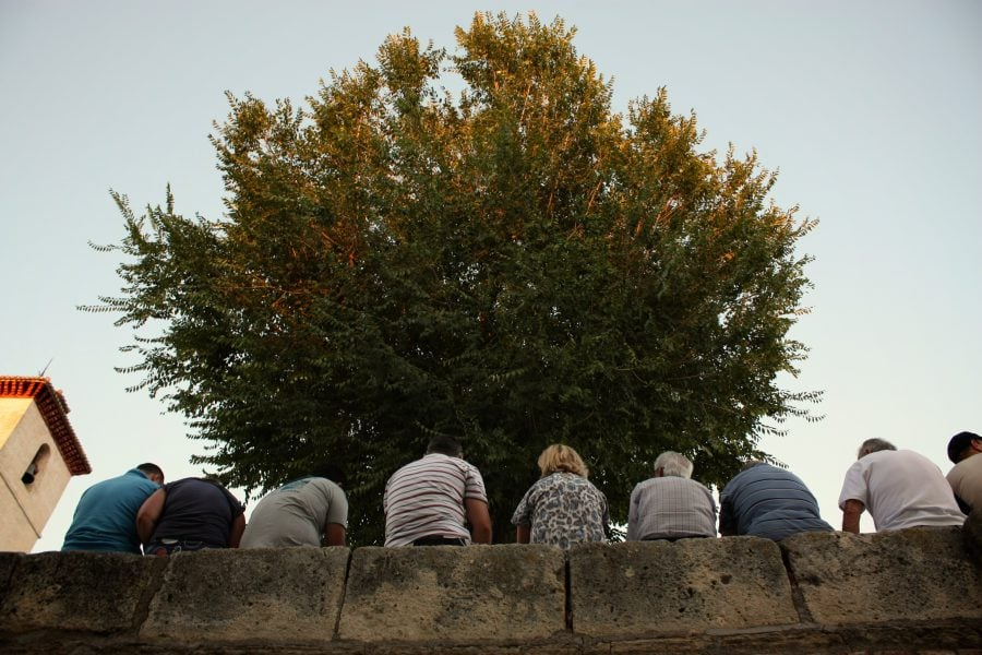 Turisti odihnindu-se in Piata San Nicolas in Granada