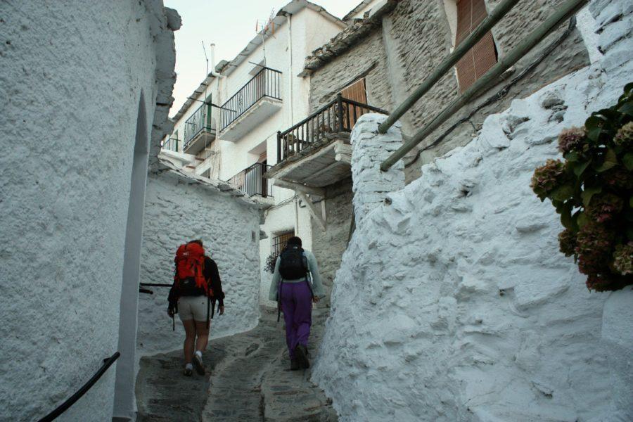 Turisti pe strazile din Capileira, Alpujarra, Spania
