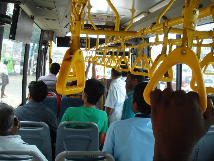 Autobuz modern, cu aer condiționat, de la aeroportul din Kochi până în Fort Kochi (cam 2 ore)