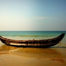 Barcă pe plaja din Kovalam, Kerala, India