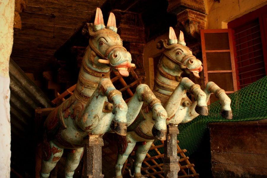 Cai albaștri, sculptură în lemn, templul Ranganathaswamy, Trichy, Tamil Nadu, India