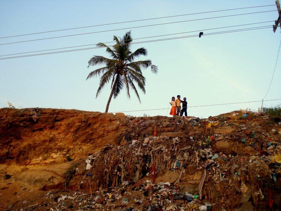 Copii pe dealul de gunoi în Vizhinjam, Kovalam, Kerala, India