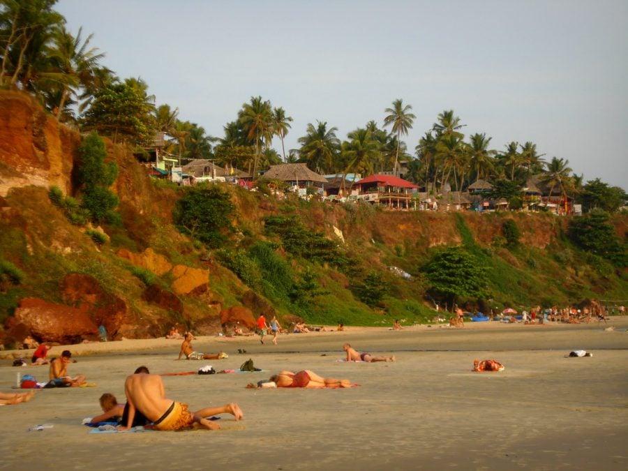 Frumoasa plajă și faleza comercială din Varkala, Kerala