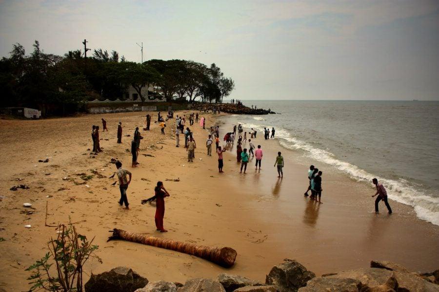 Indieni îmbrăcați pe plajă din Fort Kochi (Fort Cochin), Kerala, India