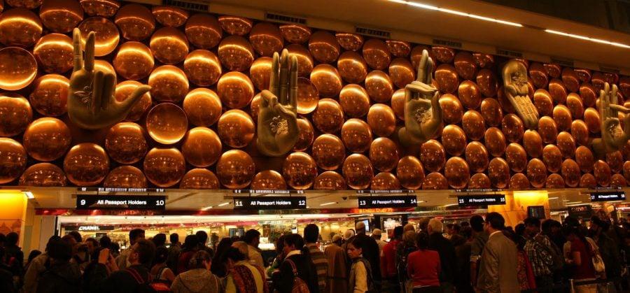 Mâini în mudras de întâmpinare pe aeroport IGI din New Delhi, India