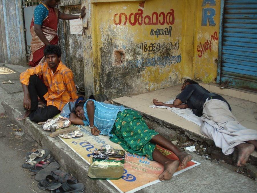Meserii în India, cizmarii ambulanți se odihnesc la prânz, Fort Kochi