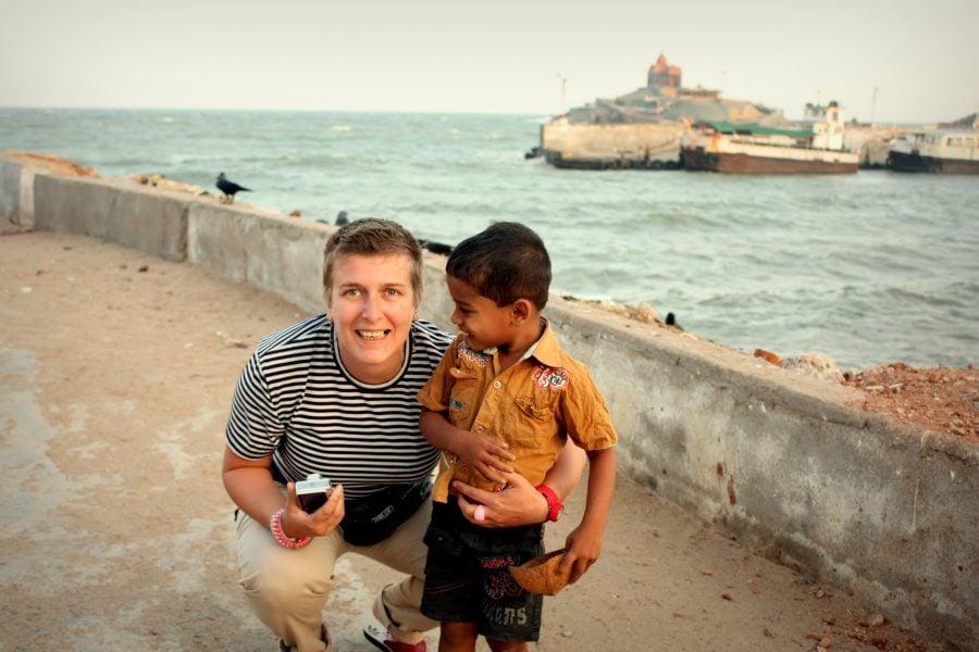 Puști indian entuziasmat ce vederea omului alb India